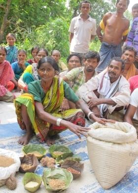 Reisbank, Frau zeigt Vorräte