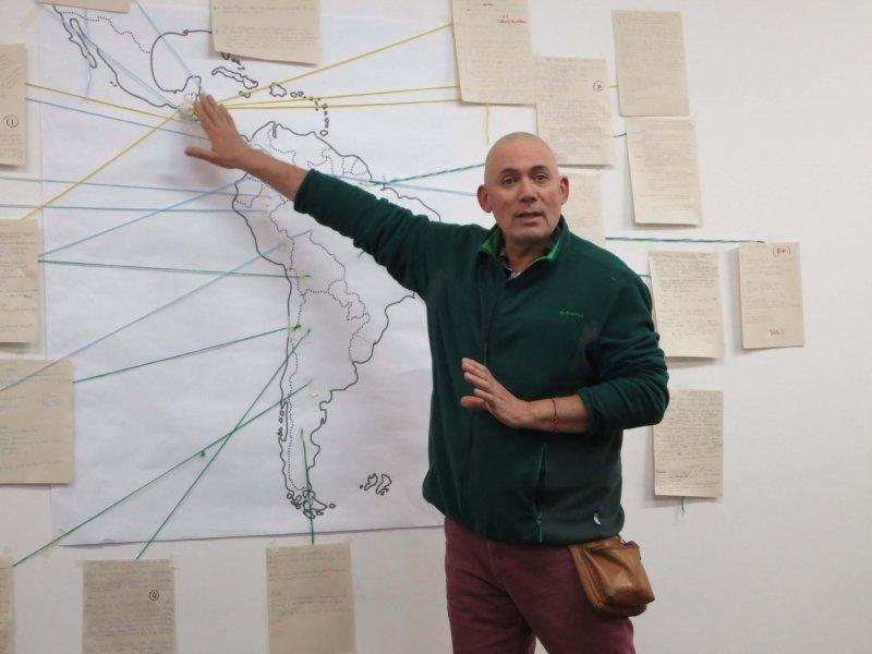 Bei einem Treffen mit Iglesias y Mineria, einer Partnerorganisation von Fastenopfer in Kolumbien, erklärt ein Mitarbeiter, wo in Lateinamerika es überall Konflikte rund um Minen gibt. (Bild: Doro Winkler/ Fastenopfer)
