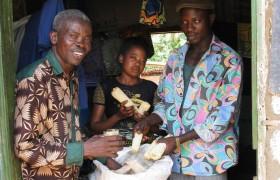 Familie zeigt ihre Vorräte, Maiskolben