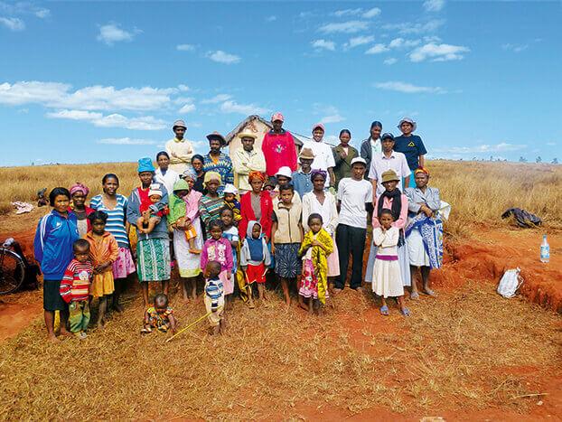 Dorfbewohner vor Haus