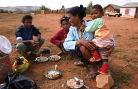 Mutter mit Kinder beim Essen