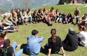 Jugendliche sitzen in einem Kreis