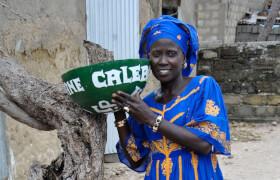 Senegal Fenagie: Frau mit Kalebasse