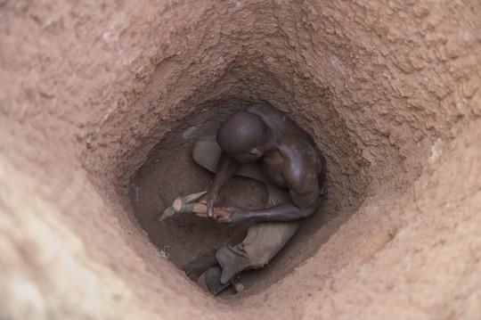 Goldmine Balong-tanga beim Dorf Tikaré: Kleinschürfer Marc Gansoré (38) bei der Arbeit. Mit einem Pickel gräbt er nach Gold.