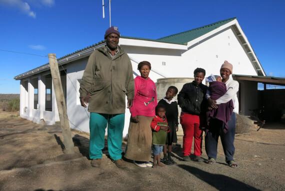 Die Familie von Thembile Kaza (Name geändert) vor ihrem Haus auf der Skelemdrift Farm, Carlisle Bridge. Von dort wird sie jetzt vertrieben. Ecarp hilft ihnen, damit sie ein angemessenes neues Zuhause erhalten.