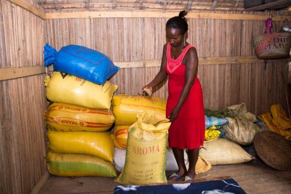 Das Ziel ist, sich gegenseitig Darlehen zu ermöglichen; Rasoanivo mit dem Reisvorrat der Spargruppe. (Fotos:  Fenitra Rabefaritra/Fastenopfer) (2 MB)