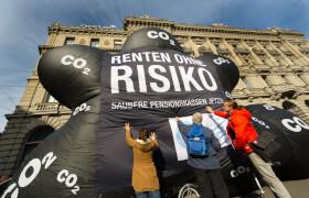 """Klimaallianz Desinvestitions-Kampagne """"Renten ohne Risiko"""". Dreckwolkenaktion Paradeplatz, Zürich vor der Credit Suisse."""