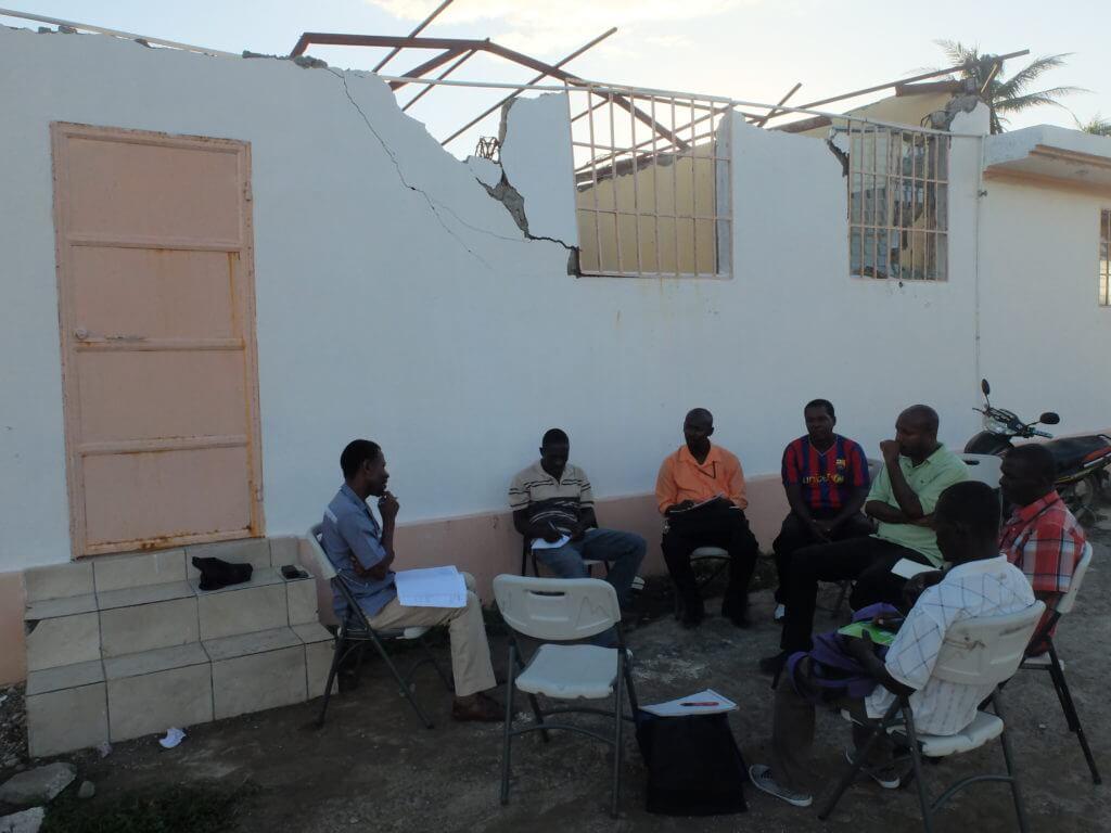 Da das Gemeindehaus von Chardonnière stark beschädigt ist, wurde die Sitzung nach draussen verlagert.