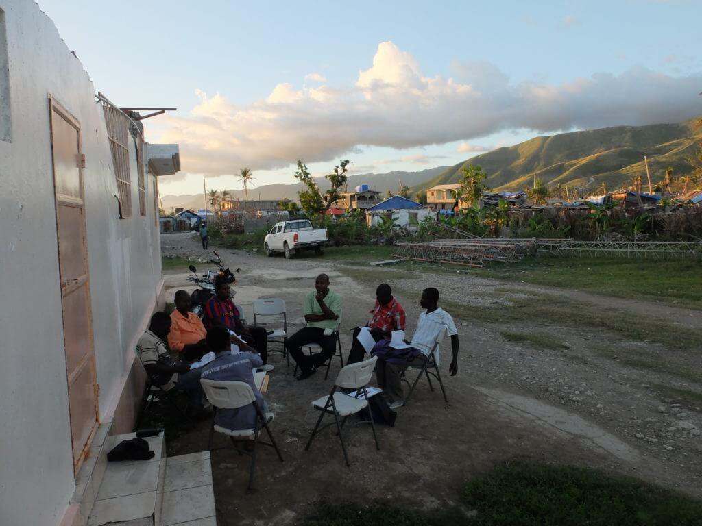 Doy und Charles-Phillipe von der Koordination besprechen mit den Verantwortlichen der Partnerorganisation APEC und Vertretern der lokalen Behörden das Vorgehen für das Nothilfeprojekt.