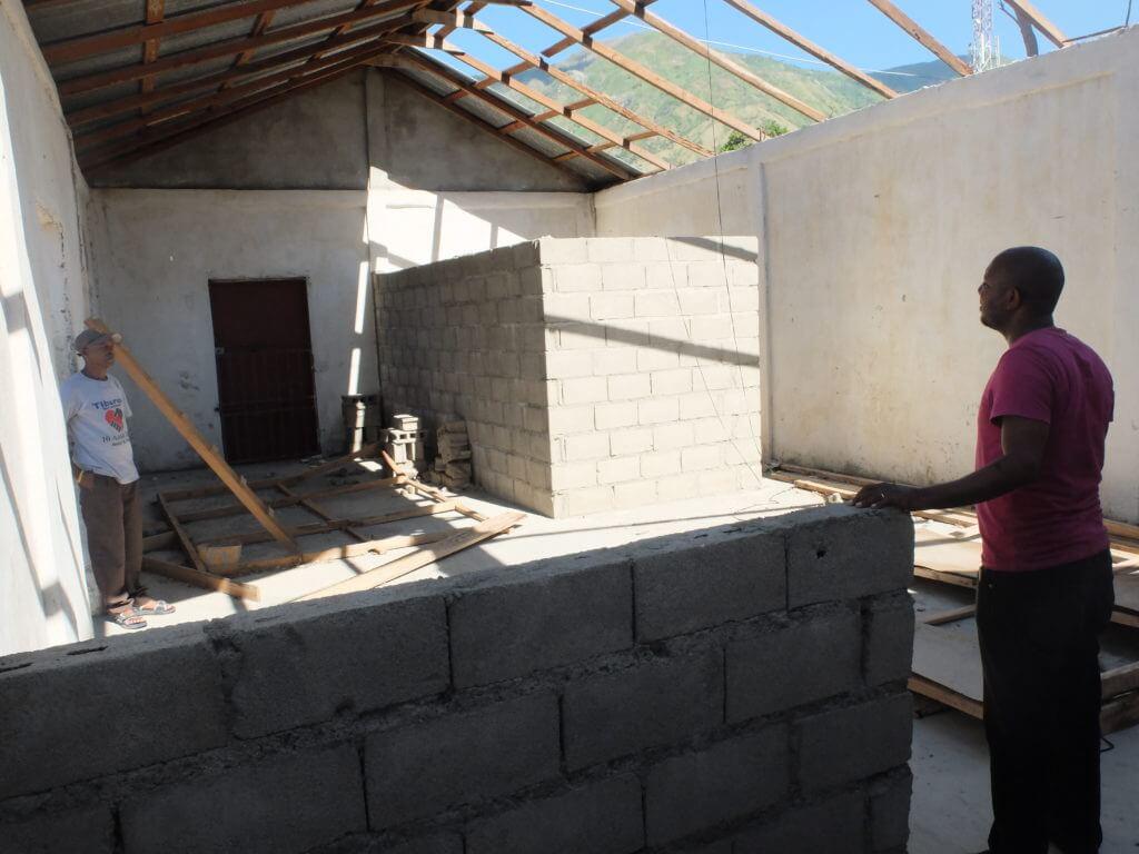 """Die Partnerorganisation KATI war gerade daran, mit Unterstützung von Fastenopfer eine Verarbeitungswerkstatt für Cashew-Nüsse einzurichten, als """"Matthew"""" zuschlug. Nun muss das Dach des Gebäudes repariert werden."""