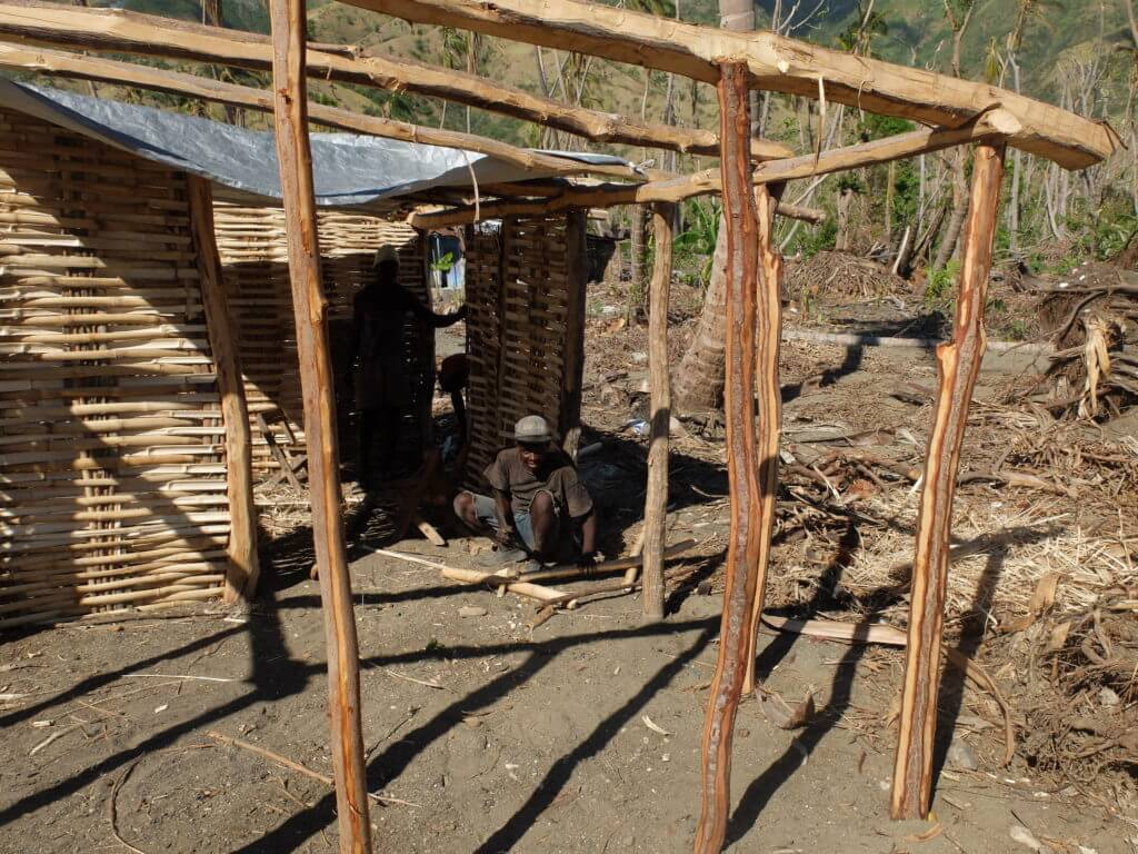 Einwohner von Tiburon bauen sich aus einfachen Materialien ein neues Haus.