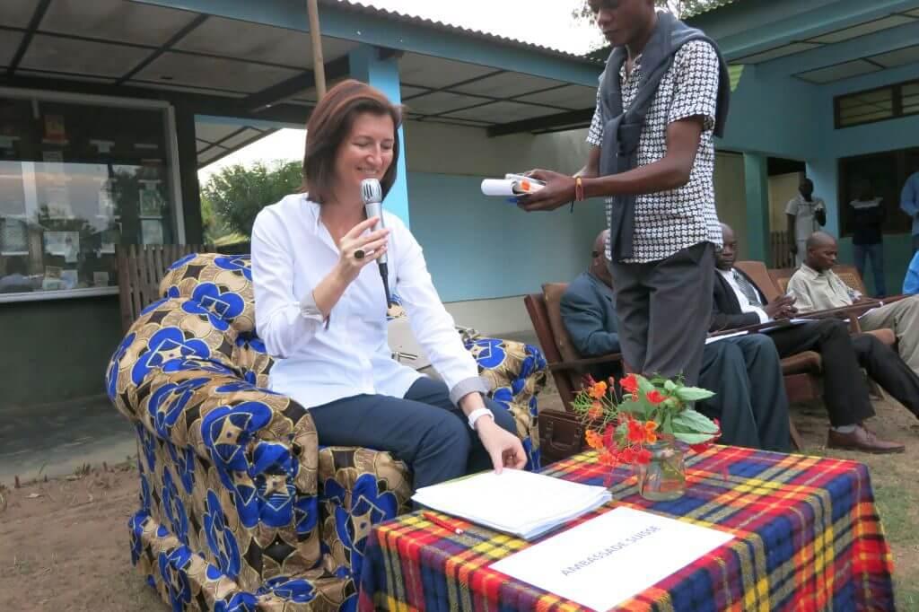Die Botschafterin Siri Walt nimmt an der Eröffnungszeremonie unseres Partnerworkshops in Ngondi (Provinz Kwilu) teil.
