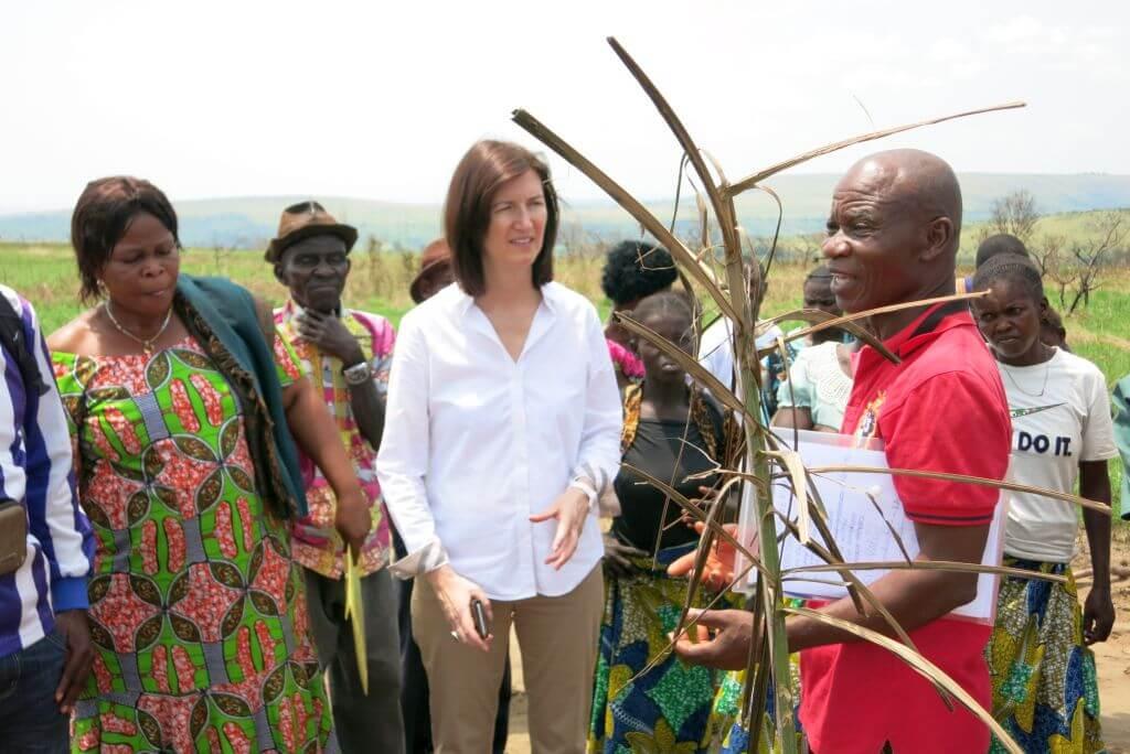 Projektkoordinator Benjamin Mandolo erklärt: Wegen Klimawandel und Abholzung braucht es ständig angepasstes Saatgut. Das produziert die Partnerorganisation CEPAL für die Dorfgruppen hier, auf einem Experimentierfeld.