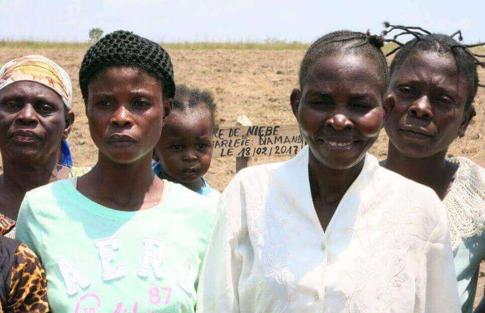 """Die Präsidentin der Frauengruppe, Espérance Miyela (4. v.l.): """"Dank dem Geld aus den Einnahmen von unserem Feld können wir unsere Kinder beim Studium unterstützen."""""""
