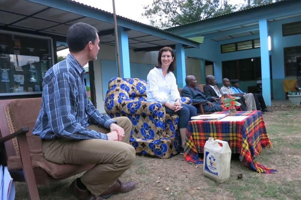 Hier ist sie im Gespräch mit Fastenopfer-Programmverantwortlicher François Mercier. Neben ihnen sitzen verschiedene kongolesische Beamte.