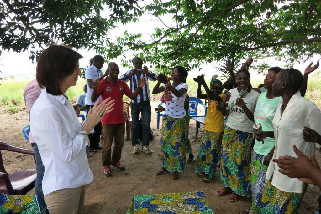 Ankunft im Dorf Kimbelenge: Die Frauen der Gruppe ADEMKI (Association de développement des mamans de Kimbelenge) empfangen die Botschafterin herzlich.