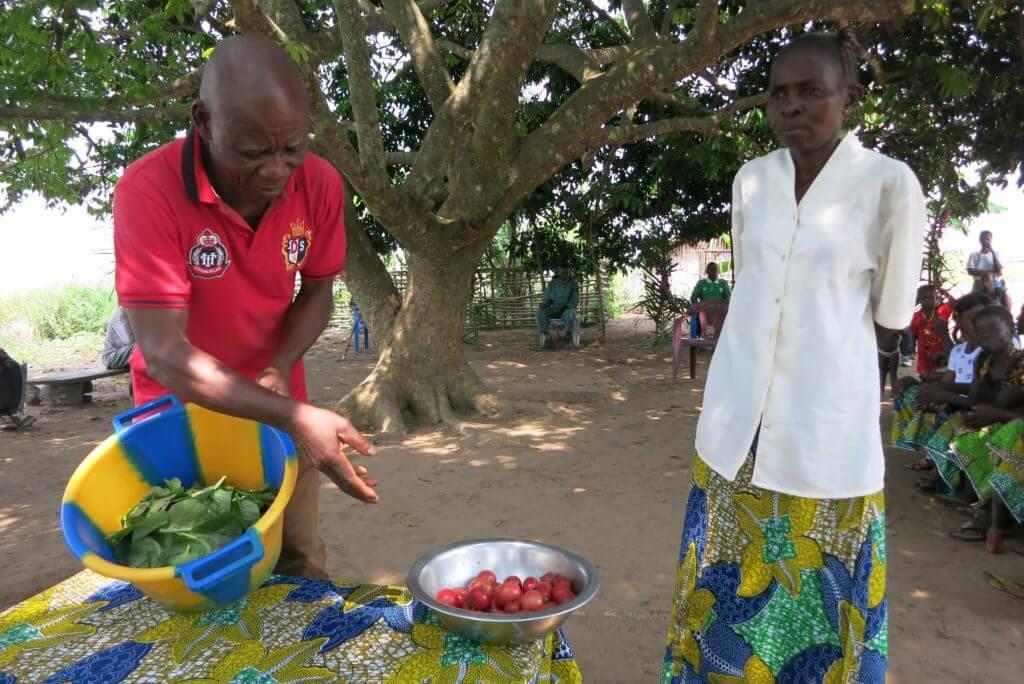 Früher war die Ernährung sehr einseitig und mangelhaft. Ziel des Projektes ist es deshalb, die Ernährung zu diversifizieren und neue Gemüsesorten anzubauen - so wie Tomaten und Spinat.