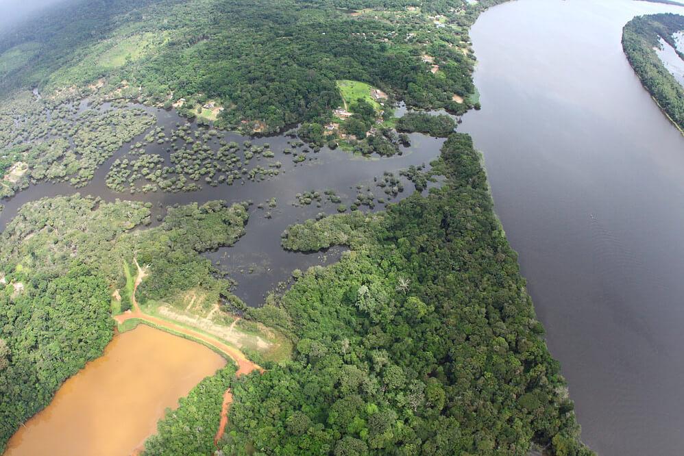 Die Quilombolas hingegen erzählen, dass ihre Fisch-, Jagd- und Sammelgründe durch verschmutztes Wasser, roten Staub in der Luft, Abholzung etc. nachhaltig zerstört worden sind. Heute sind die BewohnerInnen von Boa Vista von der Arbeit bei der Bergbaufirma MRN abhängig, die irgendwann abziehen und ihre Aktivitäten in andere Gegenden verlagern wird. (© Carlos Penteado CPI-SP)