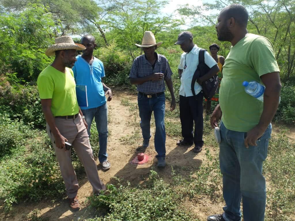Endlich klare Verhältnisse: Die Verantwortlichen der Partnerorganisation UPTKMA, der Koordinator des Landesprogrammes und ein Agronomen beim neu angebrachten Grenzstein.