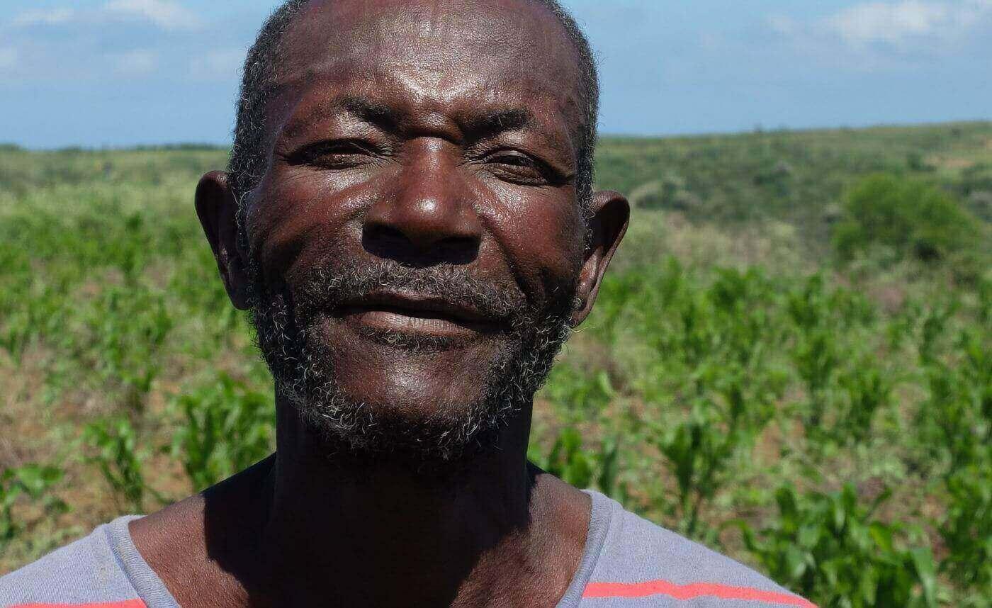 """Jean Willer, ein Kleinbauer sagt: """"Durch unseren langen Kampf ist es uns endlich gelungen, Titel für unsere Felder zu bekommen, damit wir die Ernährung unserer Kinder sichern können. Dank der Ausbildung und Beratung haben wir gelernt, die Felder vor der Aussaht nicht mehr abzubrennen. Stattdessen legen wir Strohbarrieren an, um die Erde vor Erosion zu schützen."""