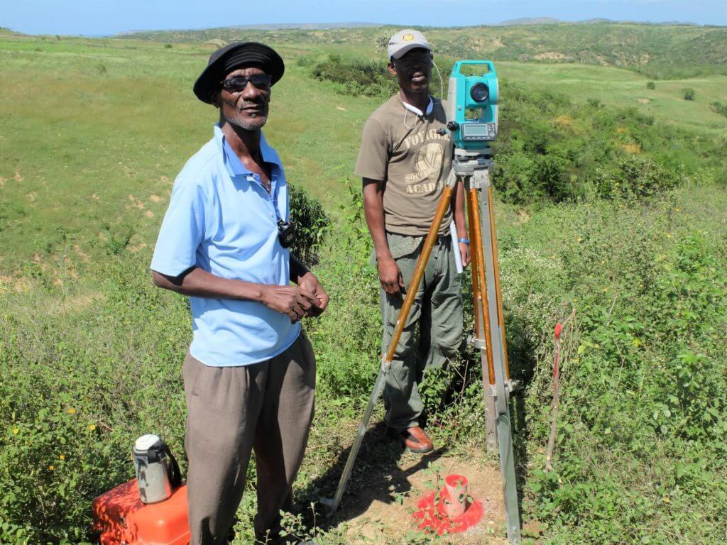 Die Vermesser sind gerade daran, die Felder zu vermessen, welche die Bauern erhalten haben, damit diese im Grundbuch eingetragen werden können.