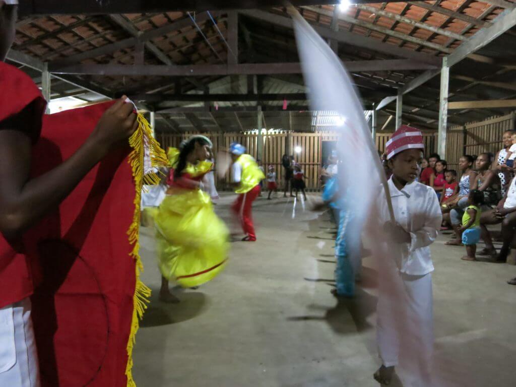 Als Nachfahren von Menschen aus Afrika, die im 18. und 19. Jahrhundert aus der Sklaverei geflohen waren und sich im Amazonasgebiet in Quilombos versteckten, erhalten sie ihre Traditionen, hier die Kindertanzgruppe Aiué Mirim, bis heute.