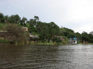Der Quilombo Boa Vista, der erste Quilombo der 1995 einen juristischen Landtitel für sein Territorium erstritten hat, ist ein Paradebeispiel für die negativen Auswirkungen des Rohstoffabbaus auf die traditionellen Bevölkerungsgruppen (quilombolas, Indigene, FlussuferbewohnerInnen, genannt ribeirinhos und KleinbäuerInnen) im Amazonas.