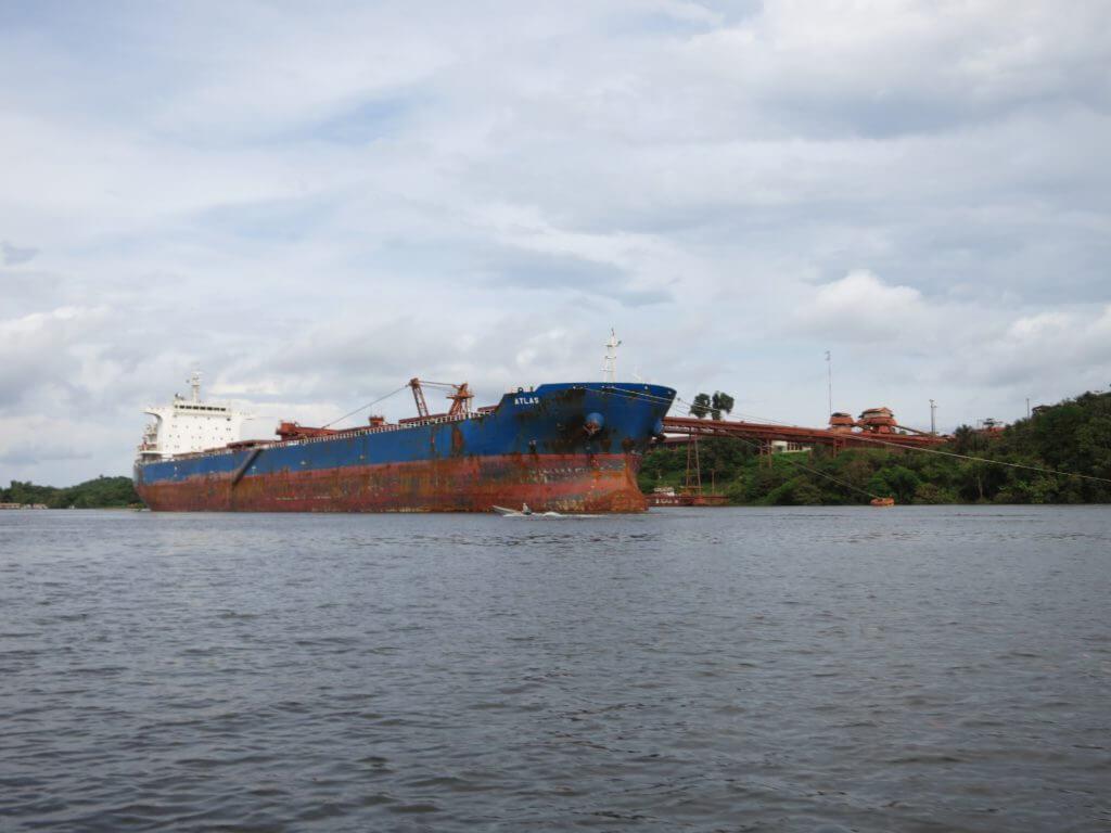 Hochseeschiffe fahren täglich den Amazonas hinauf, um das Bauxit aus Oriximiná in alle Welt zu exportieren.