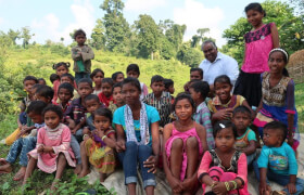 img_0175-father-caesar-henry-bei-einem-workshop-mit-den-adivasis-im-dschungel-der-dioezese-diphu