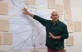 Bei einem Treffen mit Iglesias y Mineria, einer Partnerorganisation von Fastenopfer in Kolumbien, erklärt ein Mitarbeiter, wo in Lateinamerika es überall Konflikte rund um Minen gibt.