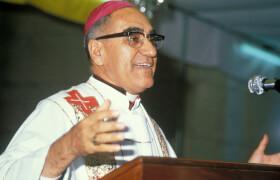 Erzbischof Oscar Romero während einer Predigt in San Salvador. © COMUNDO im RomeroHaus