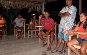 Menschen veresammeln sich in einem Dorf