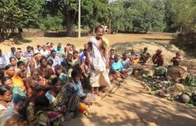 Versammlung von Adivasi draussen an der Sonne