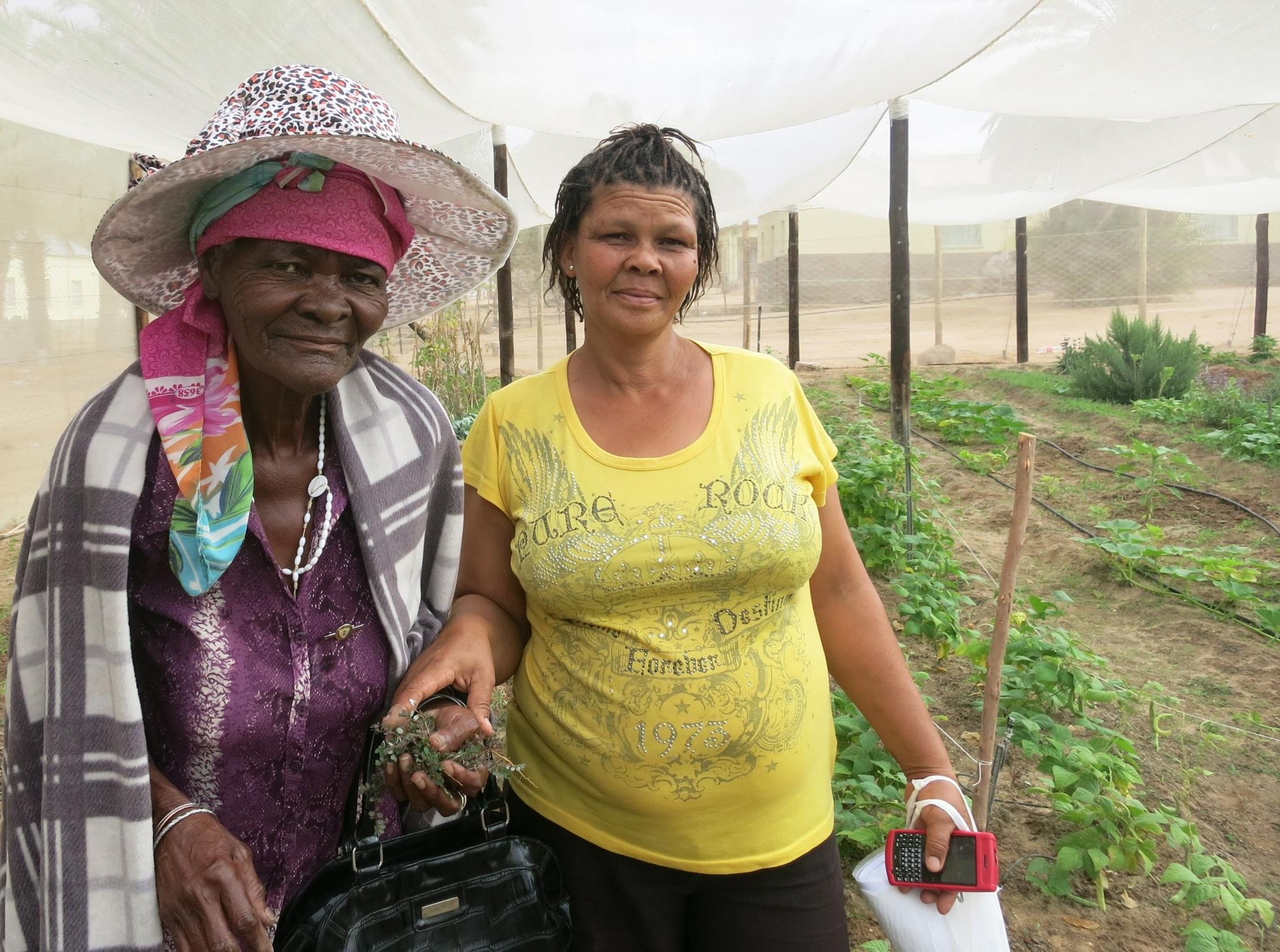 Zwei Frauen im Namaqualand tauschen sich über Hausgärten aus.