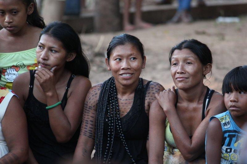 Bewohnerinnen Amazonasgebiet Brasilien OPAN. Foto: Fastenopfer/Stefan Salzmann