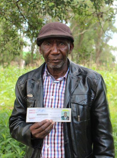 Tshibanda Lina, der Onkel von Eric Mutombo Kasuyi, zeigt den Fahrausweis seines verstorbenen Neffen.