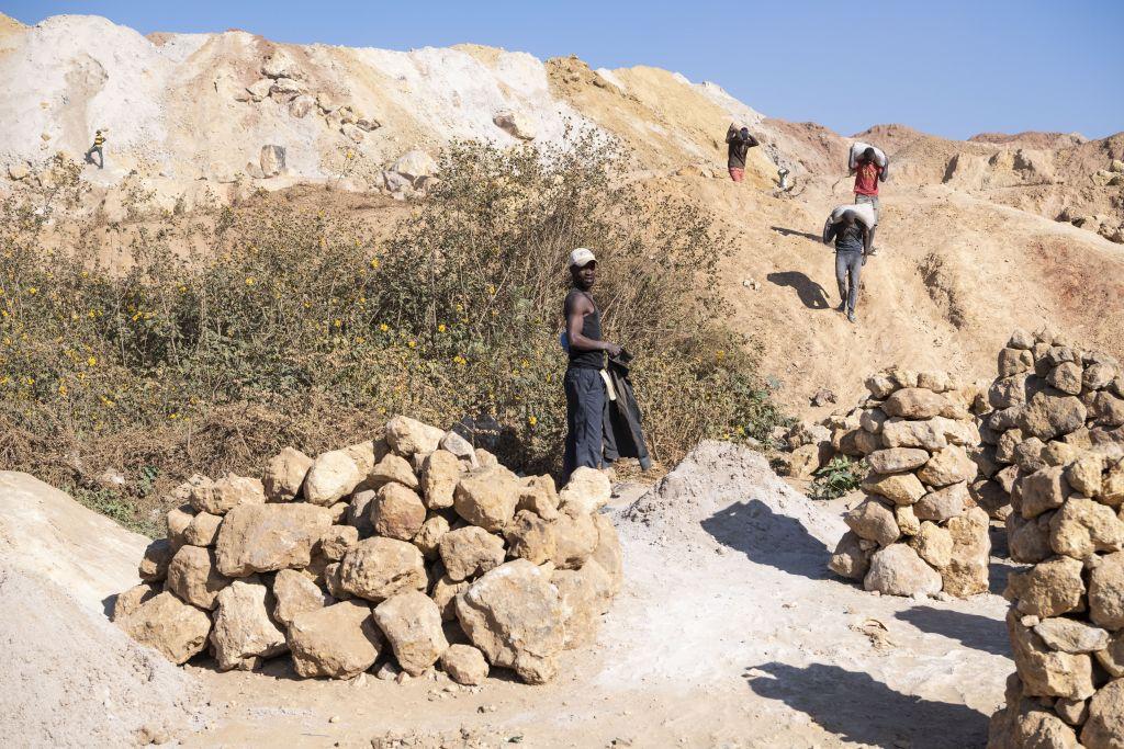 Die Förderung von Rohstoffen ist ein schmutziges Geschäft und mit vielen Risiken verbunden: Kleinschürfer in einer Kobaltmine in der Nähe der kongolesischen Stadt Kolwezi. © Meinrad Schade