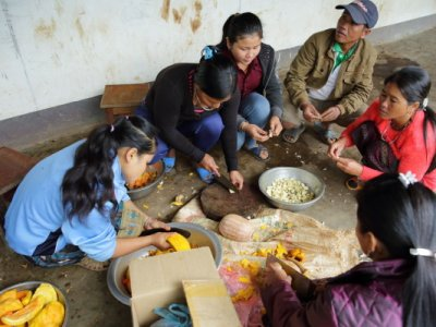 Im Projekt von ACD lernen die Frauen in Kochkursen, wie wichtig Vitamine sind.