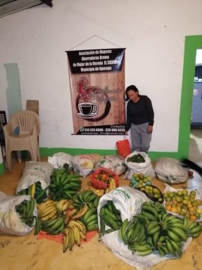 Die Fastenopferpartnerorganisation Plataforma in Huila sammelt Lebensmittel für bedürftige Familien.