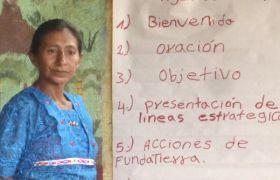 Fundación Tierra Nuestra, Frau vor Flipchart während Ausbildung, Workshop
