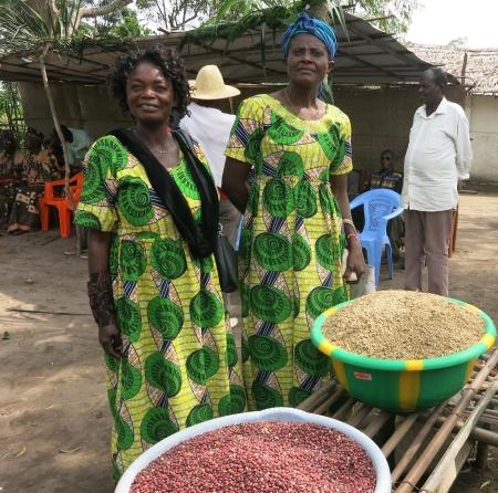 ADRI BANDA, Frauen zeigen Getreide