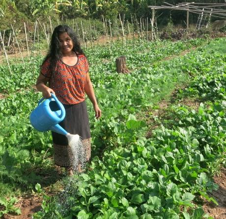 SAEDA, Frau tränkt ihr Gemüsegarten