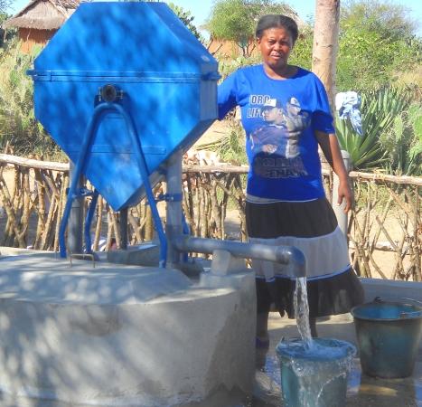 TARATRAWASSER, Frau am Brunnen, Wasser