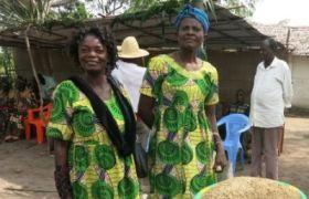 Projekt Adri Banda: Frauen zeigen Getreide