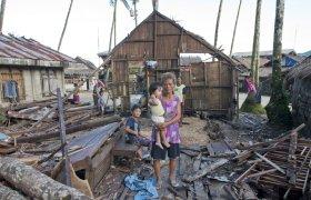 Taifun Sendong, 2011 (auch als Wirbelsturm Washi bekannt): Der Taufun hat das Haus dieser Menschen in Hinatuan auf Mindanao (Philippinen) vollständig zerstört. © Bob Timonera/ Fastenopfer