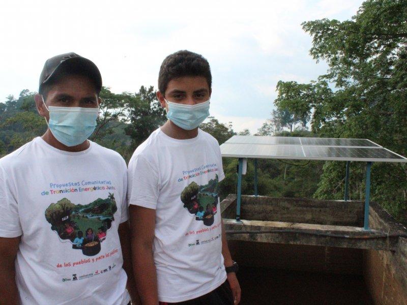 Censat in Kolumbien: Solarpanele werden auf dem Wasserreservoir montiert.